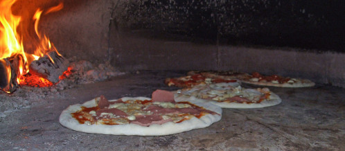 Pizza_im_Pizzaofen_von_Maurizio