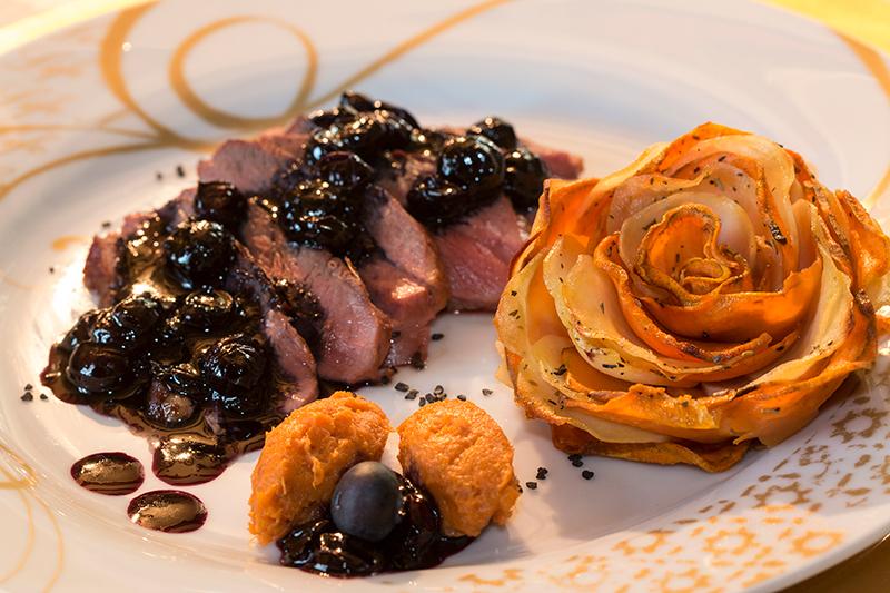 Magret de canard myrtilles bleuets corolles de pommes de terre - Cuisiner un magret de canard a la poele ...