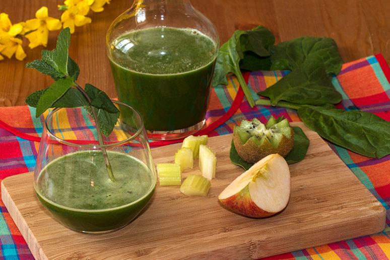 Jus vitaminé, céleri, épinard, pommes, kiwi et menthe